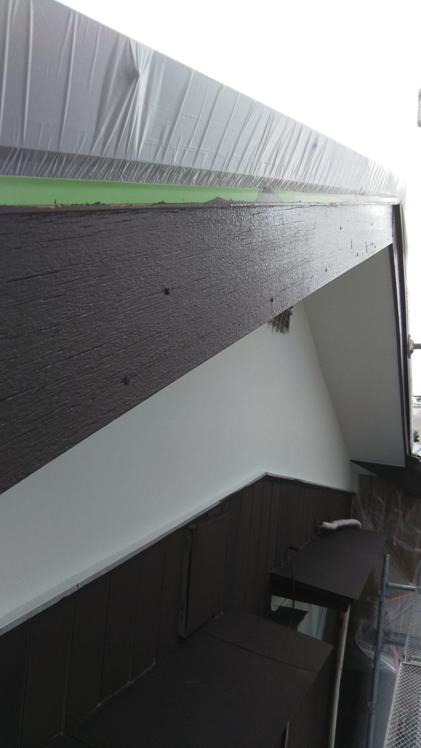 埼玉県蓮田市のK様邸にて塗り替えリフォーム中 破風板の塗装と外壁の下塗り