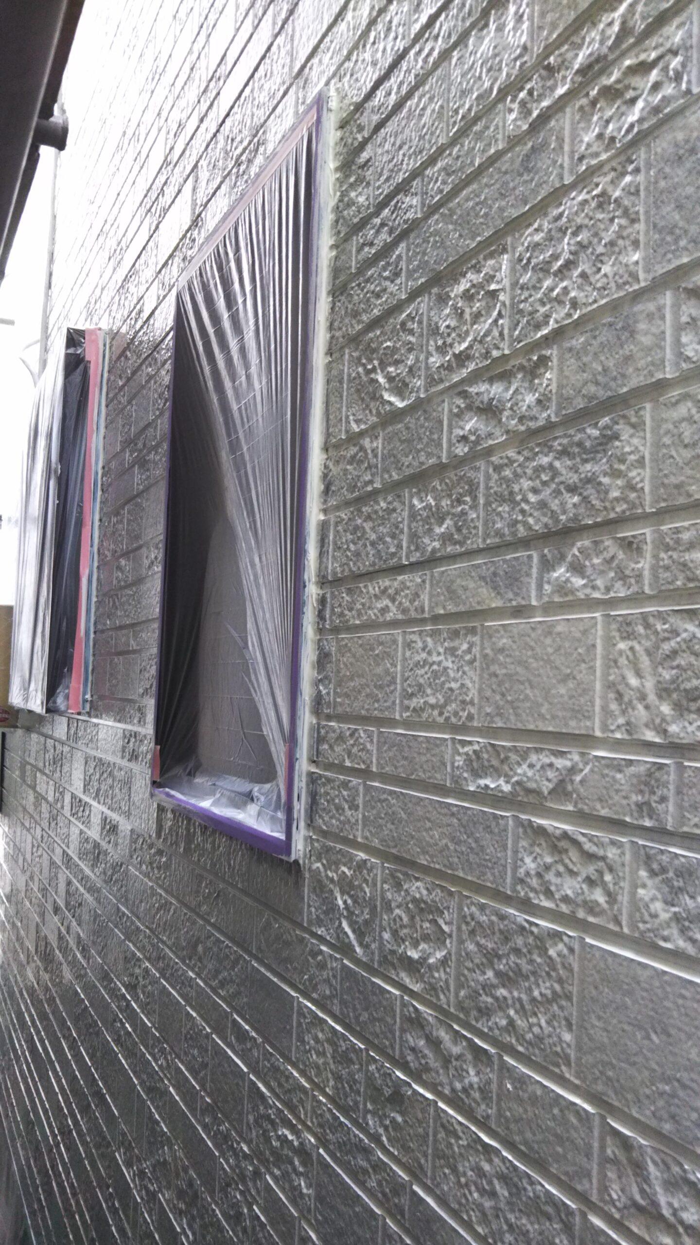 埼玉県さいたま市中央区T様邸にて塗り替えリフォーム中 外壁の下塗り|