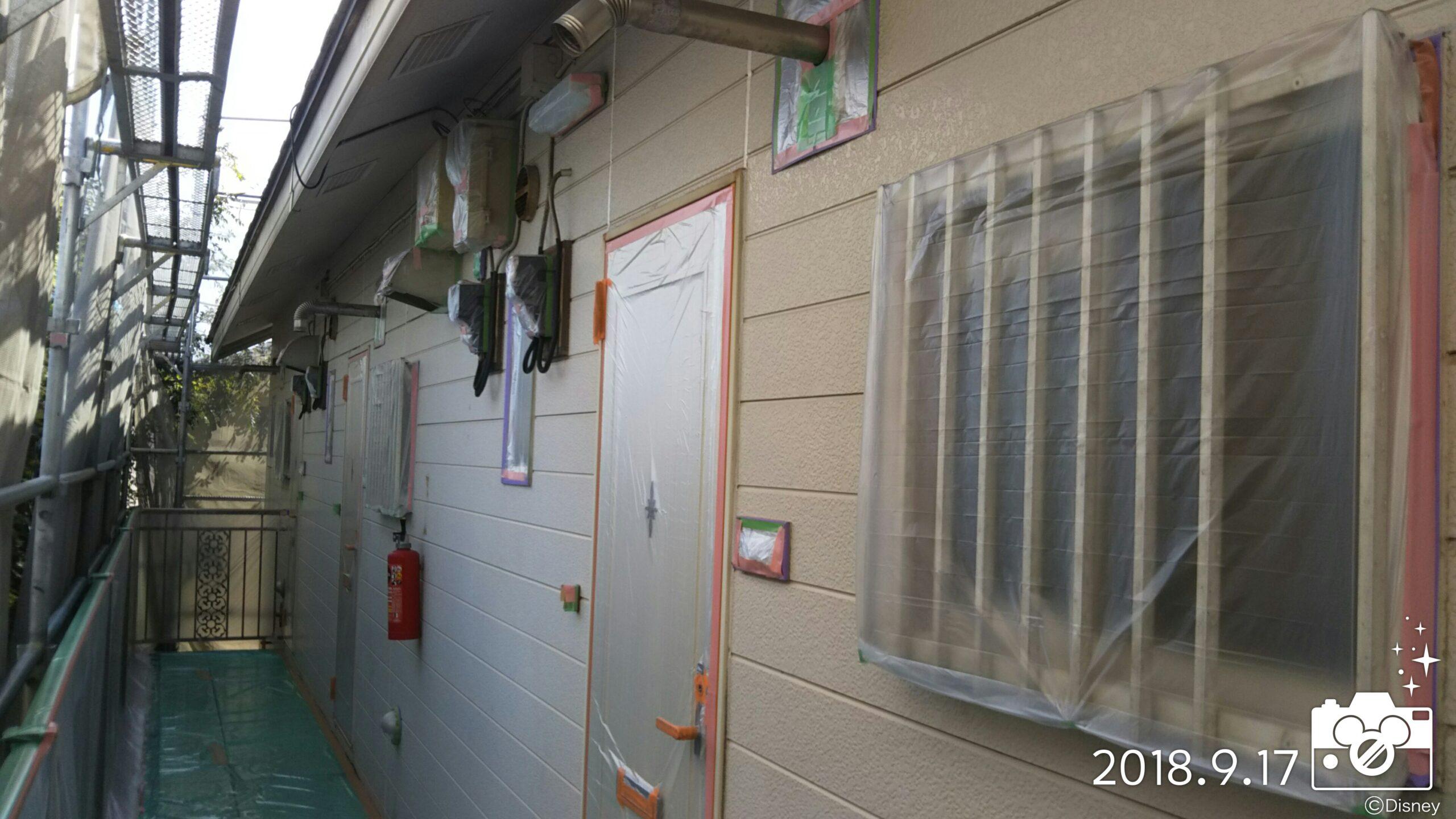 埼玉県さいたま市 外壁塗装の養生・外壁、屋根の下塗り塗装|さいたま市中央区の某アパートにて塗り替えリフォーム中
