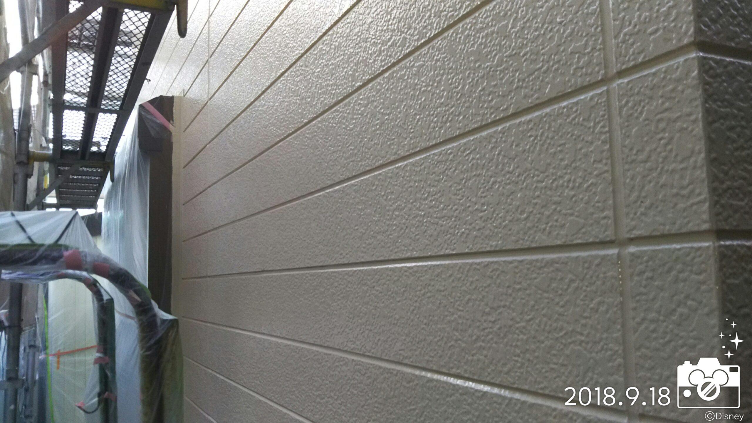 埼玉県さいたま市中央区の某アパートにて塗り替えリフォーム中 外壁の仕上げ塗装・破風の仕上げ塗装|