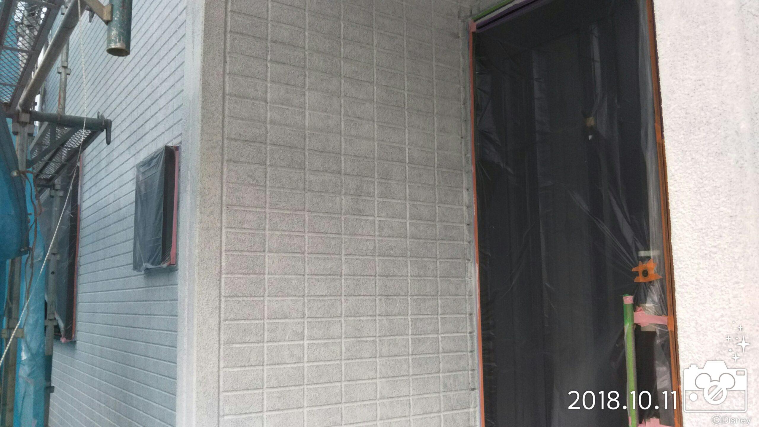 埼玉県さいたま市岩槻区の木造2階建てのM様邸にて塗り替えリフォーム中 外壁の下塗り・外壁の中塗り|