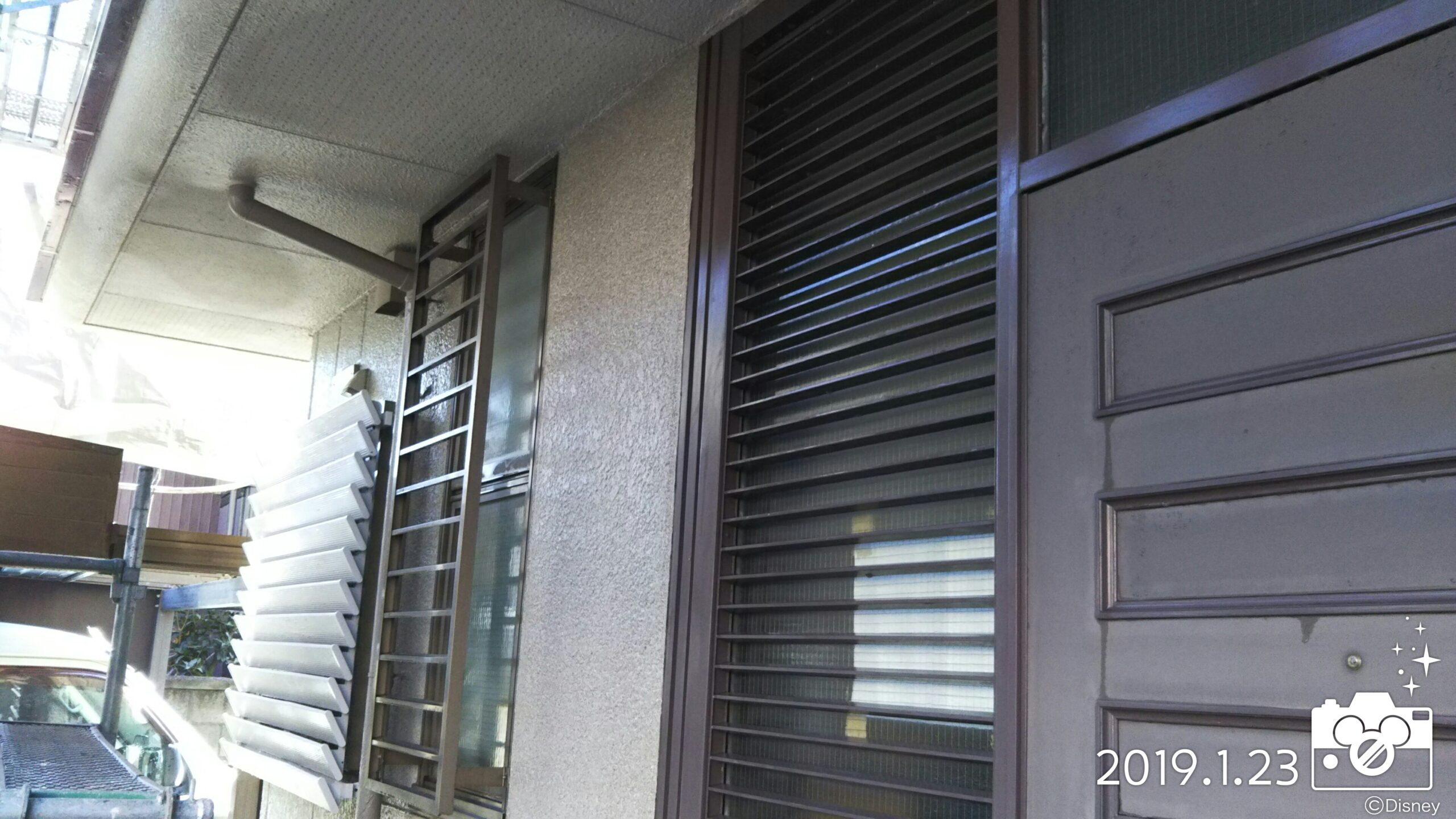 埼玉県さいたま市中央区のT様邸(木造2階建て)にて塗り替えリフォーム中 外壁の吹き付け塗装に伴う養生作業・目地コーキング|
