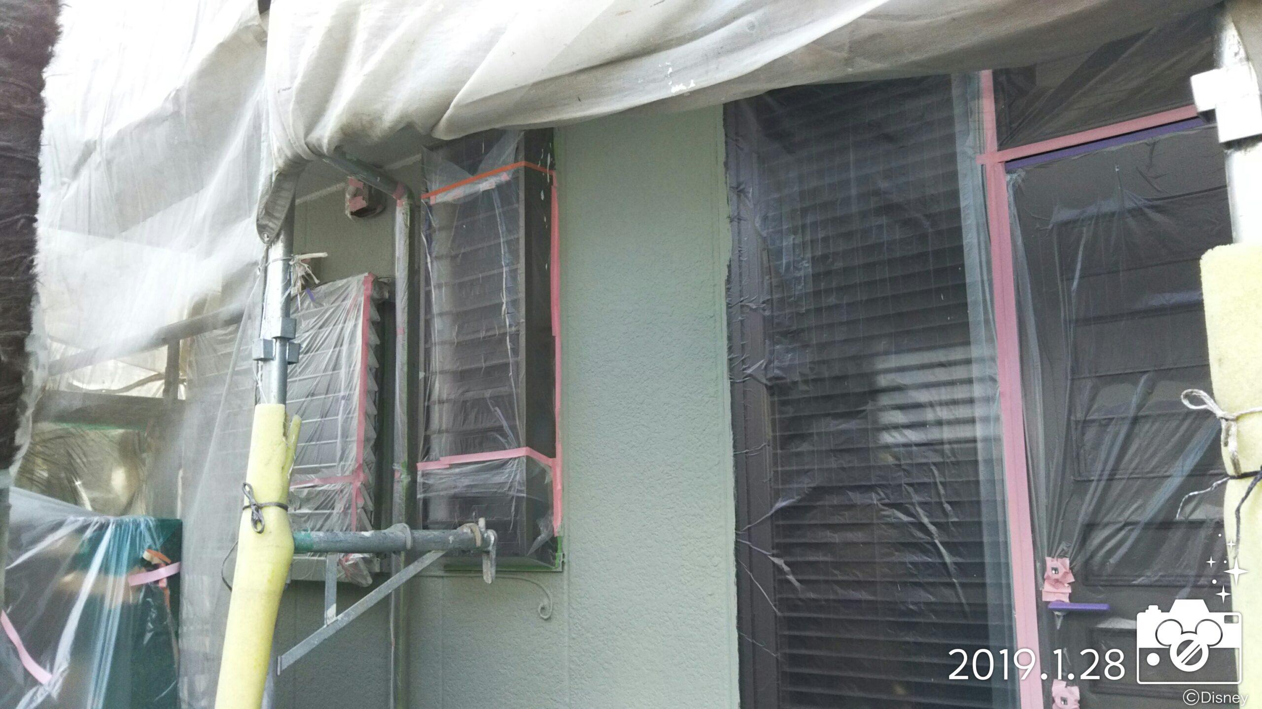 埼玉県さいたま市中央区のT様邸(木造2階建て)にて塗り替えリフォーム中 外壁の吹き付け塗装|