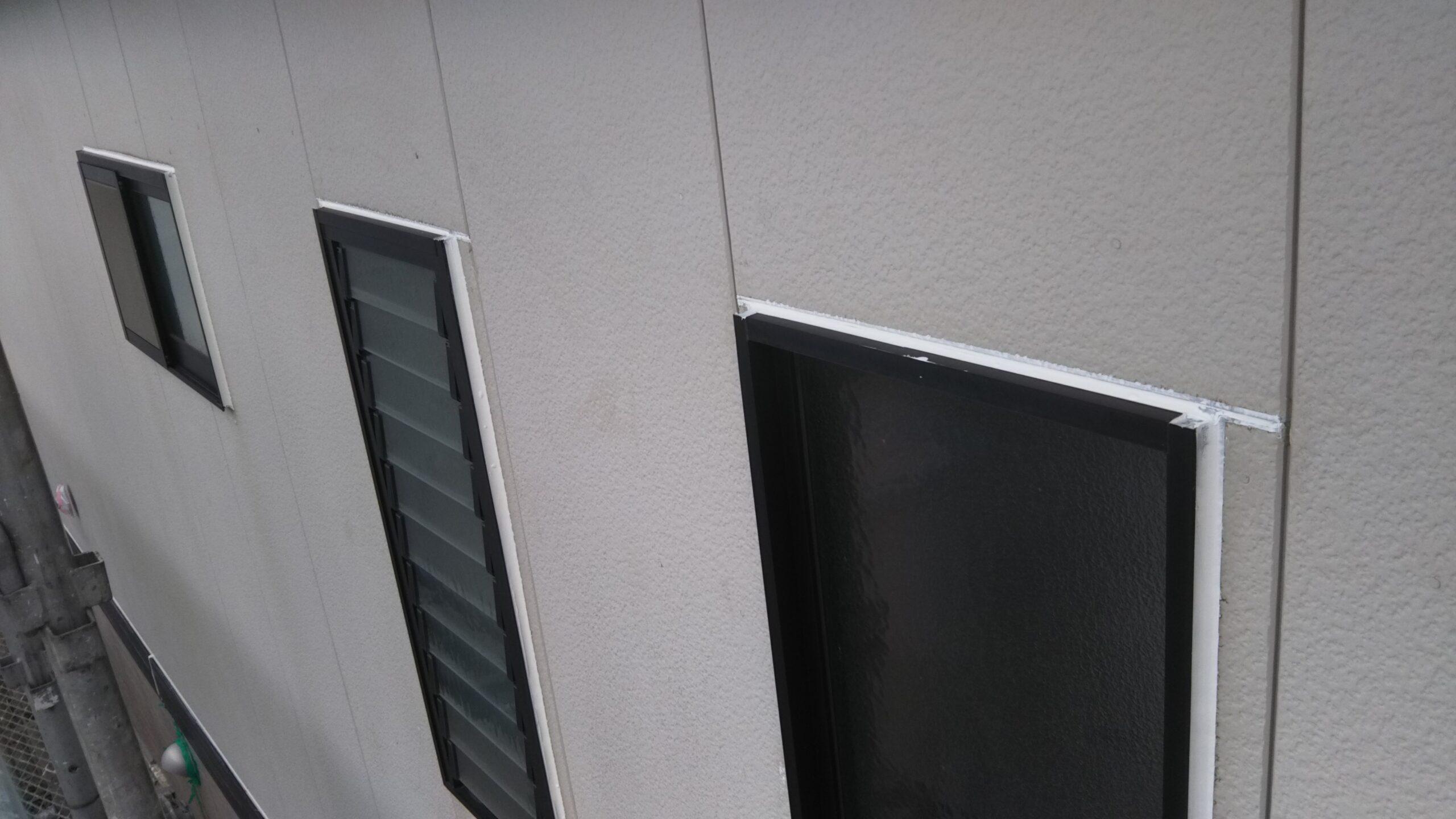 埼玉県さいたま市西区のK様邸(木造2階建て)にてコーキングの打ち替え・外壁塗装の養生作業