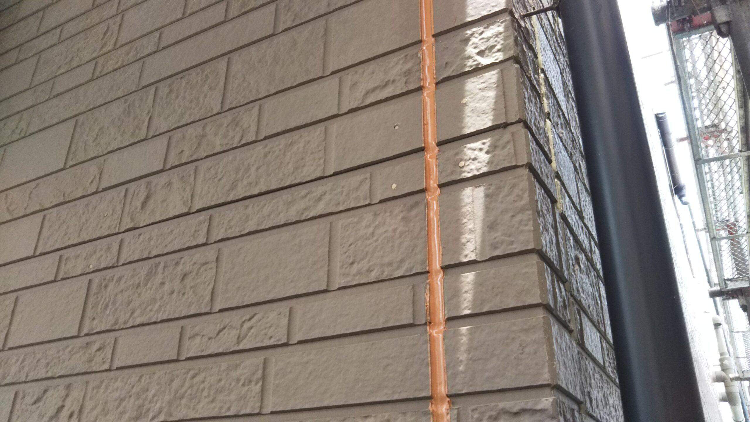 埼玉県さいたま市中央区のK様邸(木造3階建て)にて外壁の養生作業・コーキング打ち替え