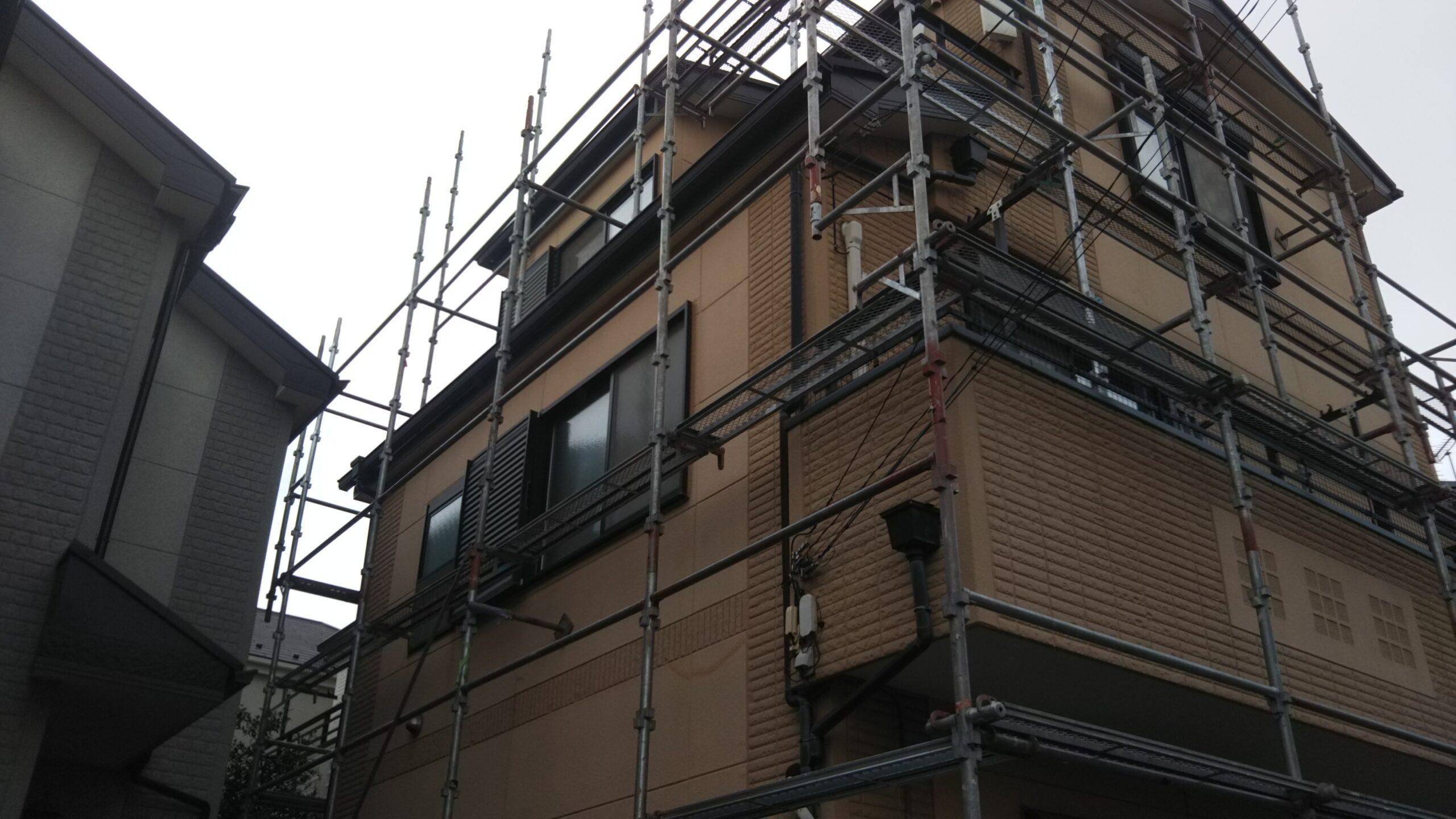 埼玉県さいたま市中央区の(木造3階建て)A様邸にて外壁の高圧洗浄作業