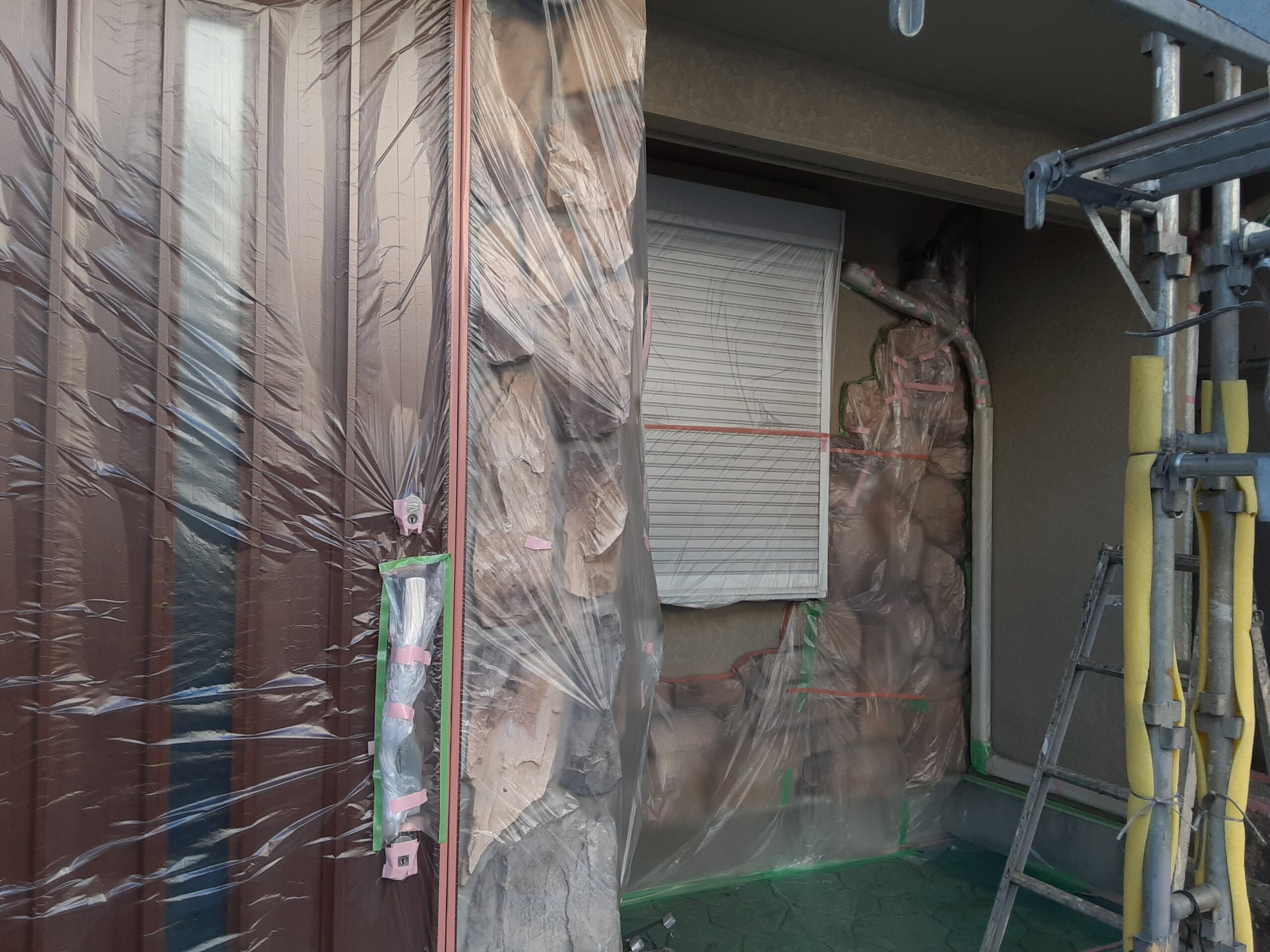 埼玉県さいたま市桜区(木造3階建て)W様邸にて屋根塗装・外壁の養生作業