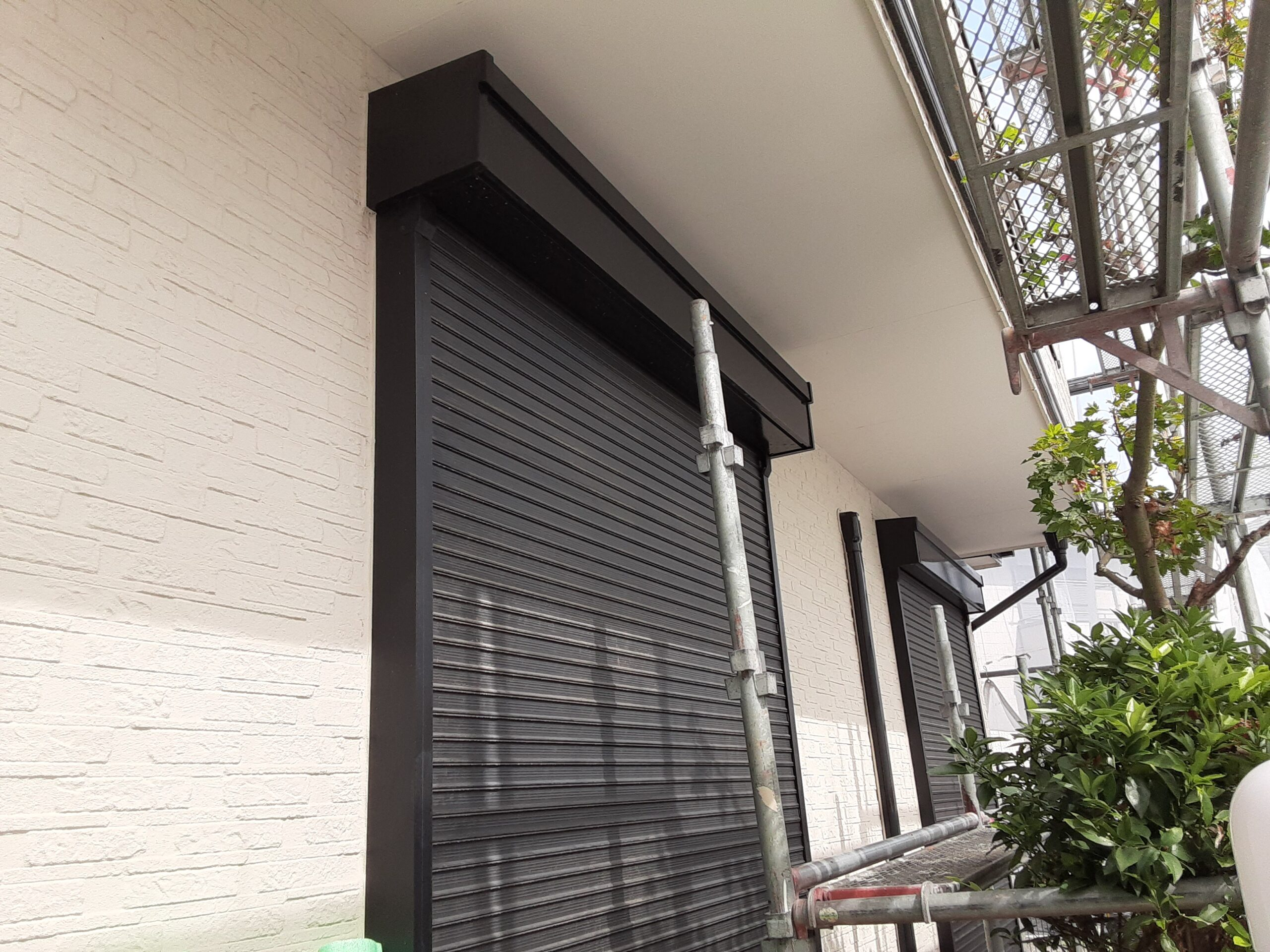 埼玉県さいたま市 外壁の縦目地のコーキング撤去、テープ貼り/さいたま市桜区の(木造2階建て)W様邸にて塗り替えリホーム中