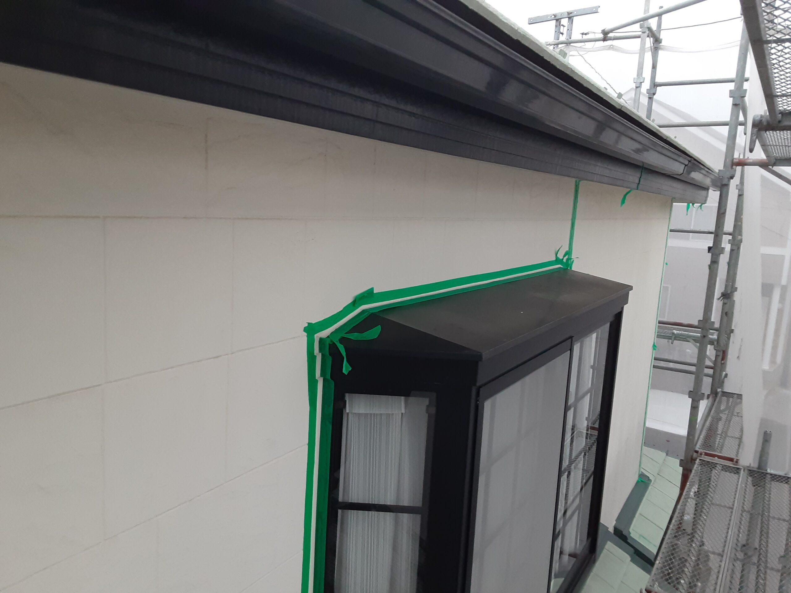 埼玉県さいたま市桜区の(木造2階建て)W様邸にて塗り替えリホーム中 外壁のコーキング撤去、テープ貼り/