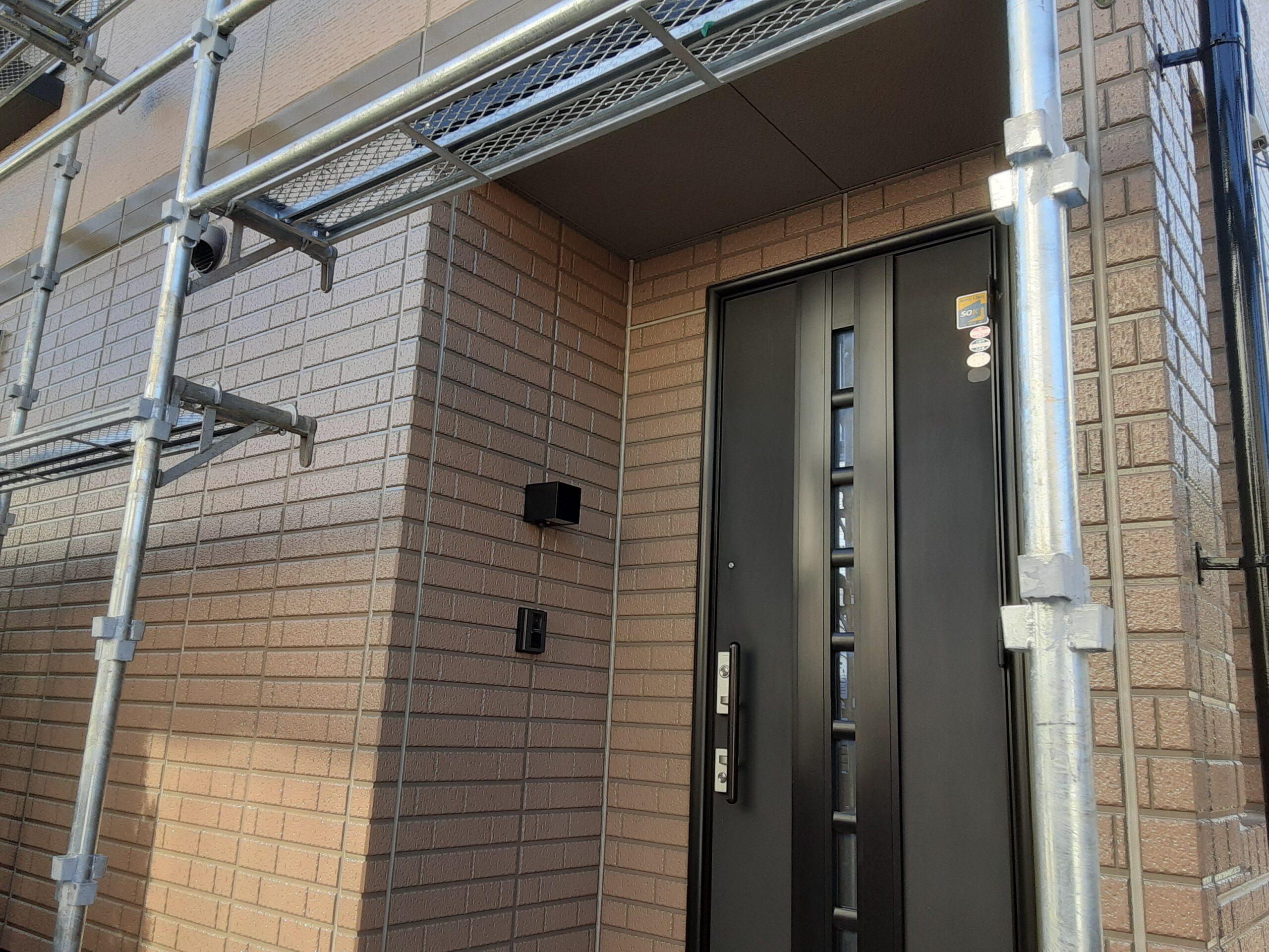 コーキングの打ち替え、外壁サッシなどの掃除/さいたま市西区の(木造2階建て)N様邸にて塗り替えリホーム中