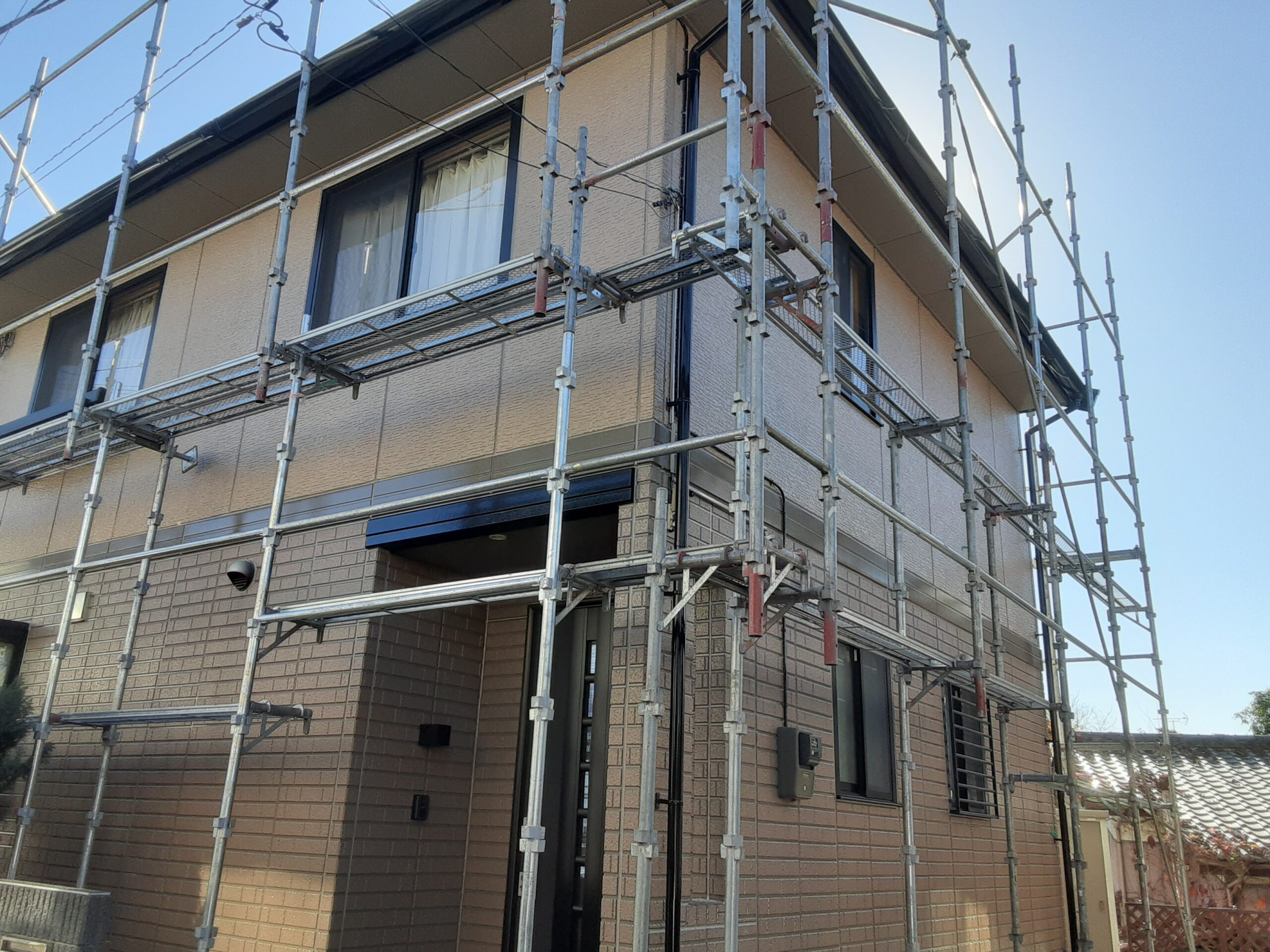 外壁サッシ回りの掃除、タッチアップの作業/さいたま市西区の(木造2階建て)N様邸にて塗り替えリホーム中
