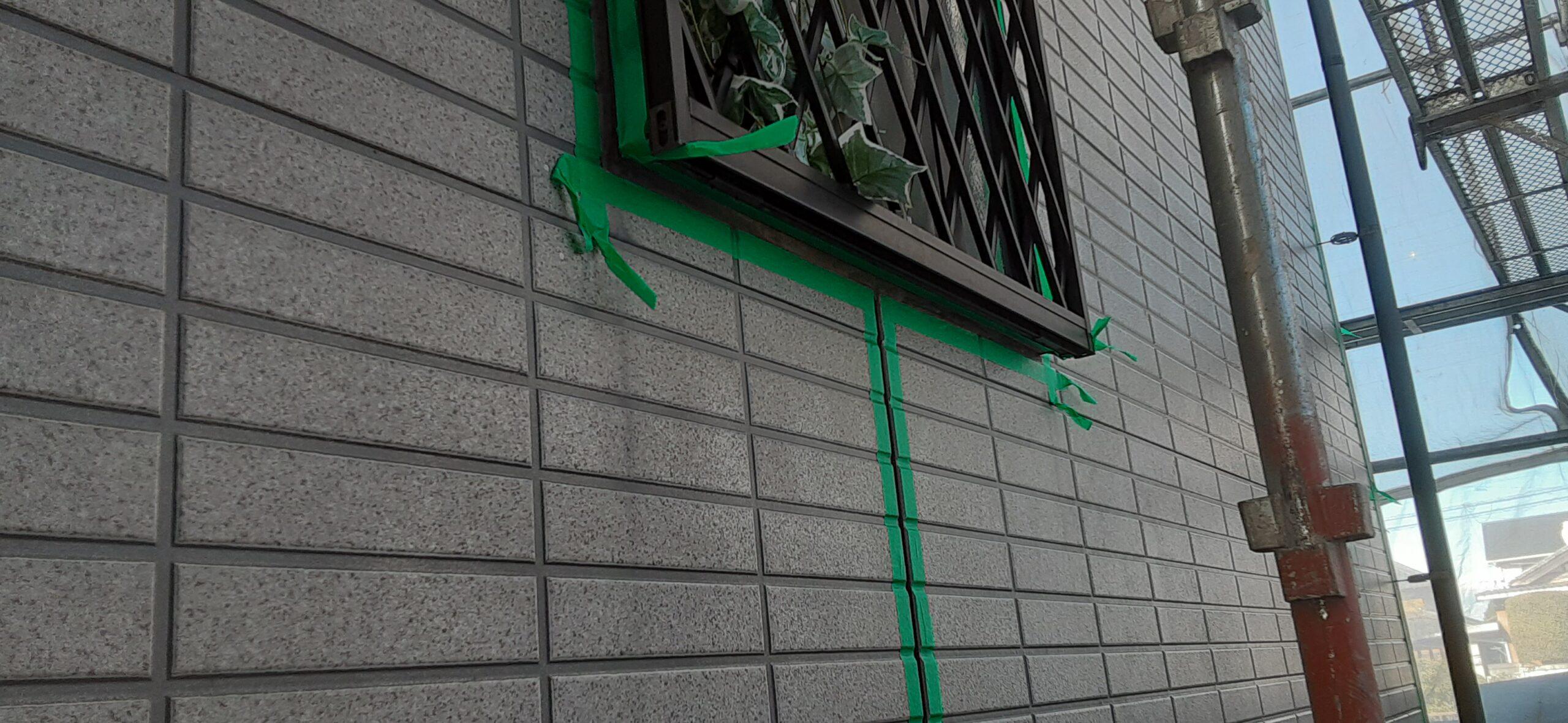埼玉県さいたま市岩槻区の(木造2階建て)M様邸にて塗り替えリホーム中 外壁のコーキング撤去、テープ貼り/